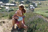 veronique-et_lucie-dans-les-champs-de-lavande-bleu-dargens